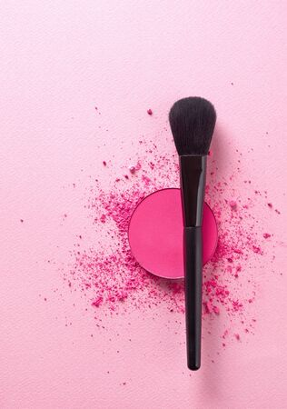 Crushed face powder and makeup brush Imagens