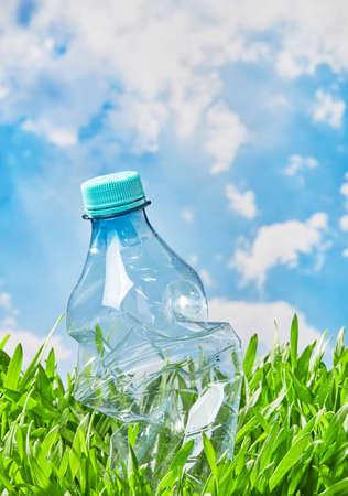 Water bottle in the grass 免版税图像