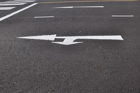 twee pijl op asfalt weg