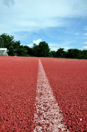 Running lane met blauwe hemel  Stockfoto