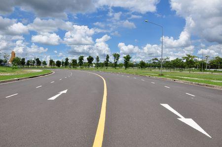 perspectiva lineal: flecha sobre la superficie de la carretera como cielo azul