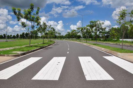 senda peatonal: Se�al de manera de caminar de tr�fico de cebra como cielo  Foto de archivo