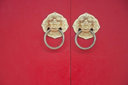 tocar la puerta: Golpear la estilo de puerta chino como fondo de color rojo