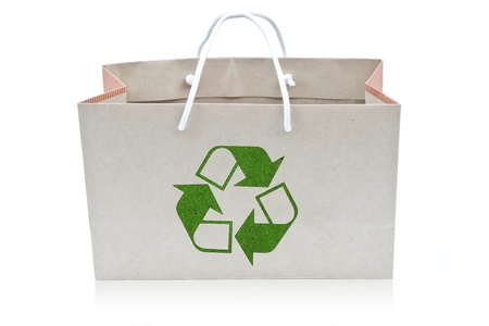 papieren zak met recycle ondertekenen als witte isoleren achtergrond