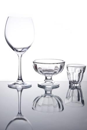 Leeg glas wijn en cocktailglas als witte isoleren achtergrond