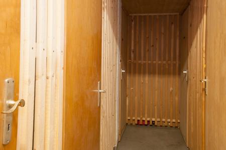portones de madera: Puertas de madera del s�tano Foto de archivo