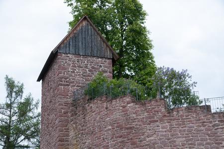 Vecchio muro di pietra arenaria nella Foresta Nera in Berneck Archivio Fotografico - 58784733