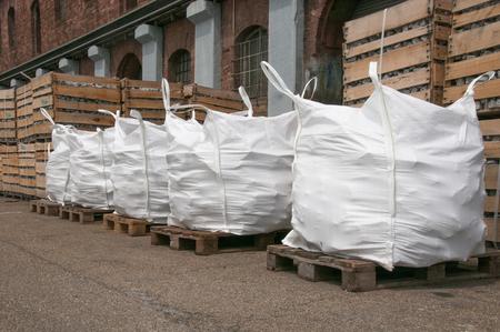 Borsa per il trasporto di pietre al porto stockyard Archivio Fotografico - 60903473
