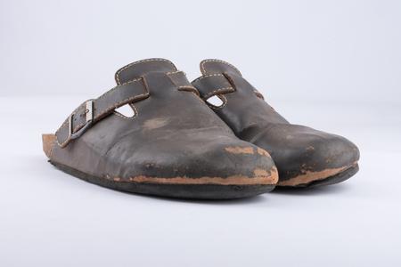 Vecchie pantofole di pelle che sono pesantemente usate Archivio Fotografico - 82875641