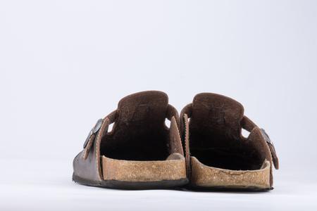 Vecchie pantofole in pelle con i capelli del cane all'interno che sono fortemente utilizzati Archivio Fotografico - 82875687