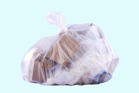 Spreco di carta nel sacco della spazzatura di fondo blu-chiaro Archivio Fotografico - 92050263