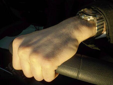 Man hand on the steering wheel Foto de archivo - 139417316