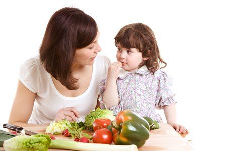 madre e hija de cocina ensalada en la cocina