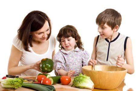 ni�os cocinando: madre y los hijos de cocina ensalada a la cocina  Foto de archivo