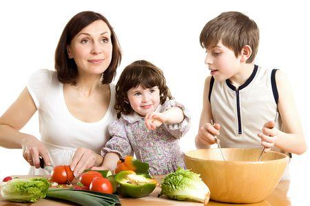 ni�os cocinando: madre y los hijos de cocina en la cocina de ensalada