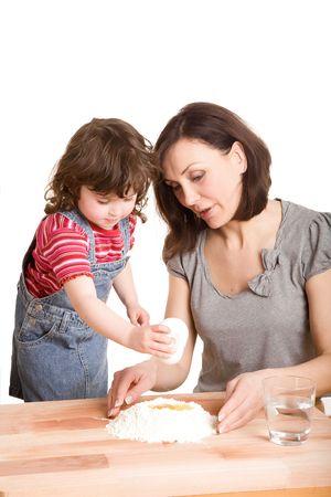 madre e hija en la cocina haciendo una masa