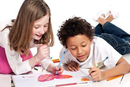 bambini disegno: interracial bambini disegno insieme, isolata su sfondo bianco Archivio Fotografico