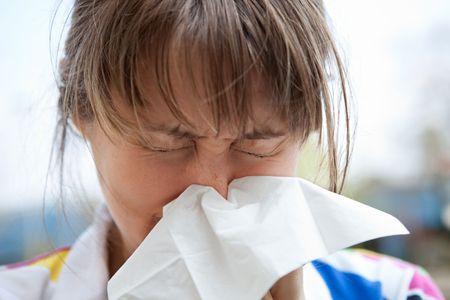 allerg�nes: Jeune femelle blonde soufflant son nez Banque d'images