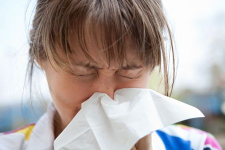 alergenos: Joven rubia femenina soplar la nariz Foto de archivo