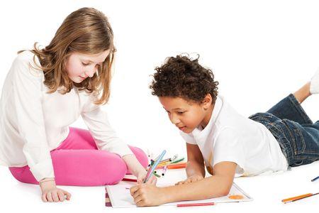 reuniendo a los niños interracial, aisladas sobre fondo blanco Foto de archivo - 5809897