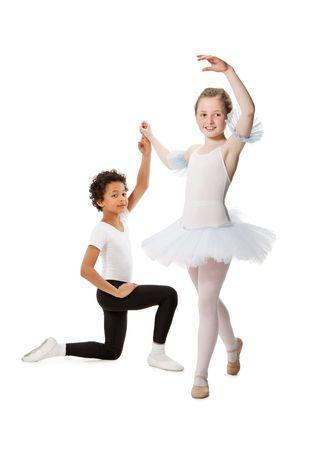 ni�os bailando: interracial ni�os bailando juntos, aislados sobre fondo blanco
