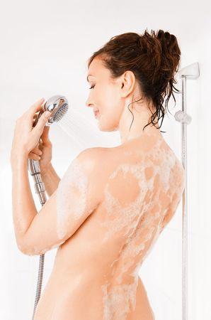 Joven sonriente tomando una ducha