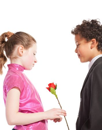 niño dando una rosa a una niña, aislada en un fondo blanco Foto de archivo - 6170943