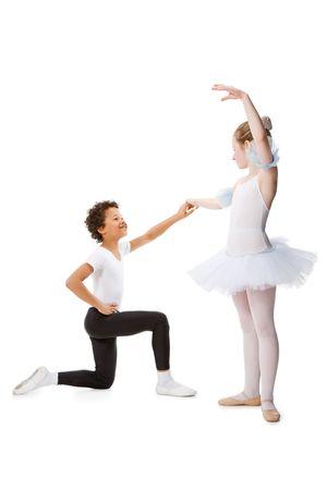 enfants qui dansent: interraciales enfants dansant ensemble, isol� sur fond blanc