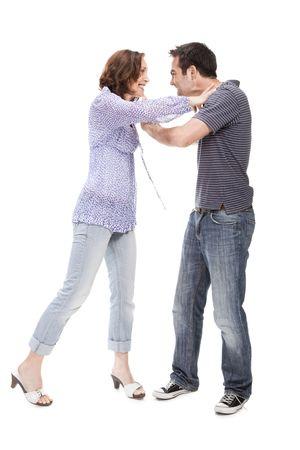 novios enojados: Par enojado gritando el uno al otro aislado sobre fondo blanco
