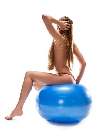 mujer desnuda sentada: hermosa mujer desnuda sentada sobre la pelota, aislado en blanco Foto de archivo