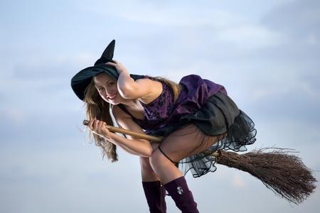 bruja: Linda bruja con sombrero y la escoba Foto de archivo
