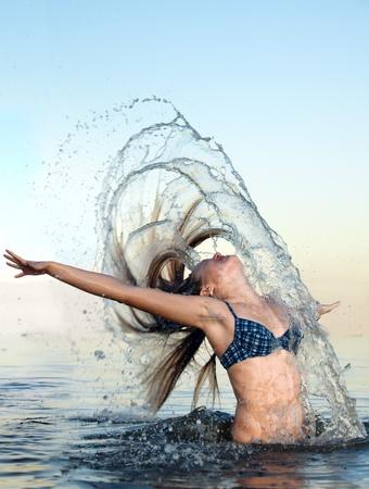 mujer rubia en el agua bckground