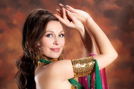 buikdansen: Mooie exotische buikdanseres vrouw
