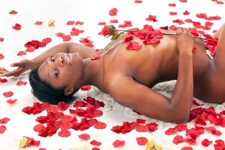 Esbelto mujer joven negro posando desnuda Foto de archivo