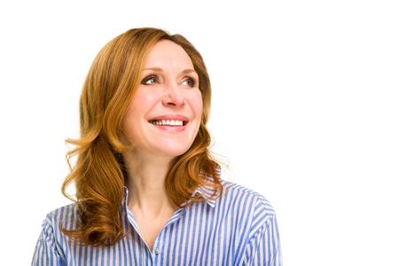 mujer sola: mujer feliz sonriendo. Aislado sobre fondo blanco