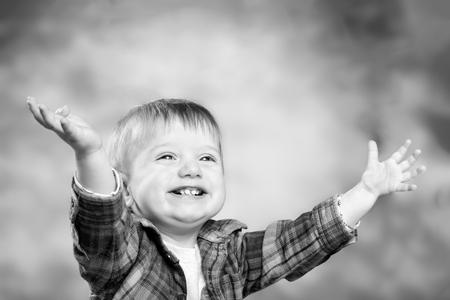 niños riendose: Adorable sonrisa de niño pequeño feliz. foto monocromo Foto de archivo