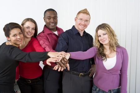 손을 쌓아 올려 multi-ethnic 동료