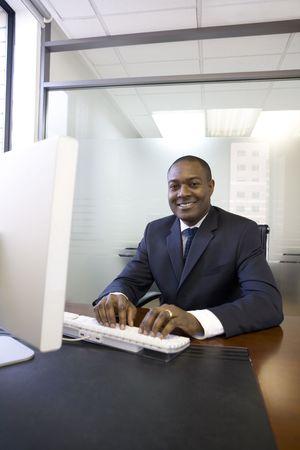 컴퓨터 키보드에서 입력하는 사업가