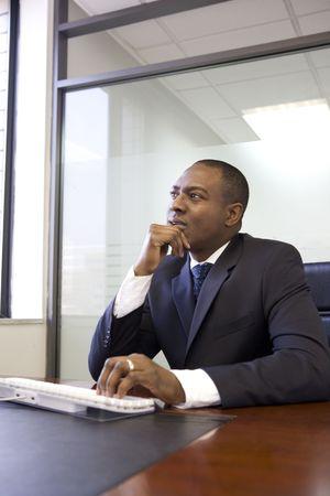 사무실에서 생각하는 사업가