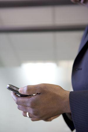 휴대 전화를보고 사업가의 까이 서