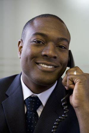 사무실 전화로 이야기하는 사업가