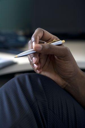 펜을 들고 사업가의 까이 서
