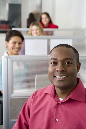 큐비클에 앉아있는 사업가 및 동료 스톡 콘텐츠