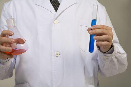 비커를 들고 과학자의 닫습니다 스톡 콘텐츠