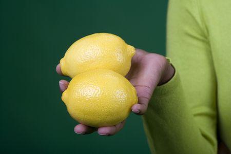 레몬을 들고 여자의 닫습니다 스톡 콘텐츠