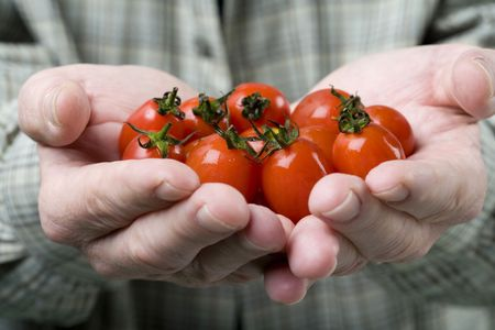 체리 토마토를 들고 남자의가 까이 서