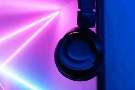 dj table with headphones mixing music flashy colors blue purple 免版税图像