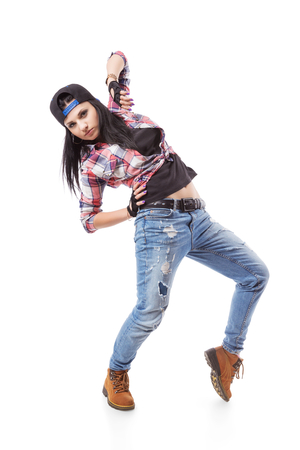 girl pose: Moderno hip-hop dance girl plantean en el fondo aislado. Breakdance go-go chica de pie en blanco