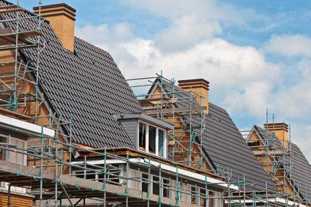 viviendas: Construcci�n de casas de familia casi terminada, construida en una fila
