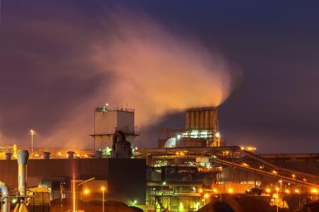 dioxido de carbono: Industria planta por la noche en los Países Bajos Foto de archivo